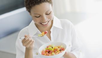 mujer-comiendo-ensalada-de-fruta-1418919353972-2.jpg